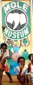 kinderen bij het museum van Mole park