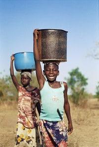 Kinderen dragen water - Ghana